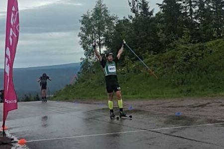 Fredrik Byström korsar mållinjen strax före Jens Eriksson i premiären av Grönklitt Double Poling Hill Climb. FOTO: Marcus Laggar.