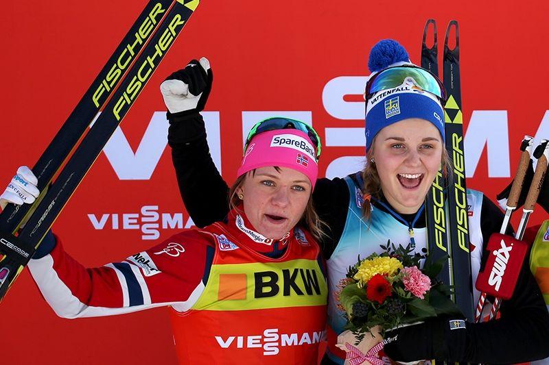 Maiken Caspersen Falla (tv) och Stina Nilsson kämpade om segern i sprintvärldscupen den gångna säsongen. Här från Davos i Schweiz där Stina vann före Maiken. FOTO: sweski.com.