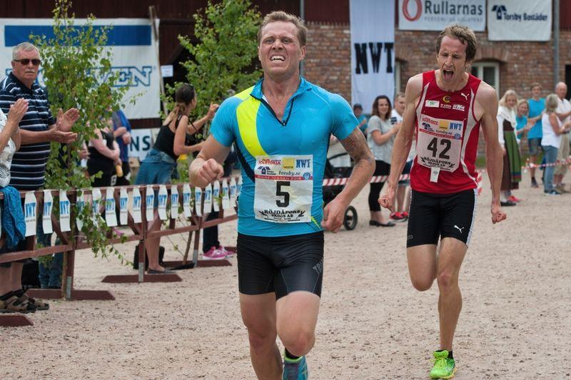 Bill Impola sprang starkt när han tog en tredjeplats i Borejoggen på midsommarafton. Här spurtar han i mål tätt före Andre Rangelind., IF Göta.  FOTO: Anki Karlsson.