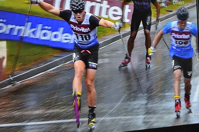 Anton Hedlund korsar mållinjen precis för Erik Silfver. FOTO: Från SVT:s sändning.
