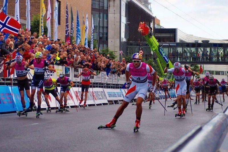 Petter Northug spurtar mot seger i Blinkfestivalens masstart. Tvåa blev italienaren De Fabiani med nummer sju till vänster i bild. FOTO: Arrangören.