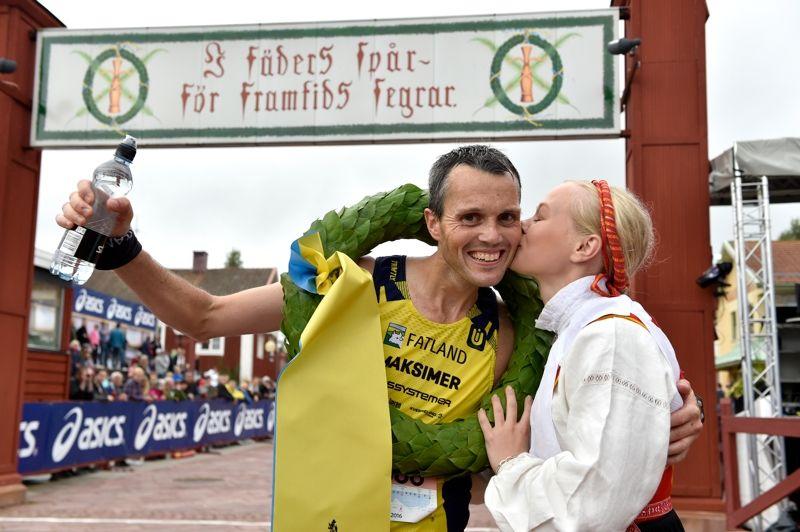 Jarle Risa vann Ultravasan 90. Här får han segerkyssen av kranskullan Hanna Eriksson, längdåkare och skidorienterare i IFK Mora. FOTO: Vasaloppet Nisse Schmidt.