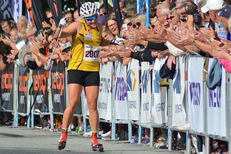 Hanna Falk tar emot folkets jubel på upploppet på väg mot andra raka segern i Alliansloppet. FOTO: Johan Trygg/Längd.se.