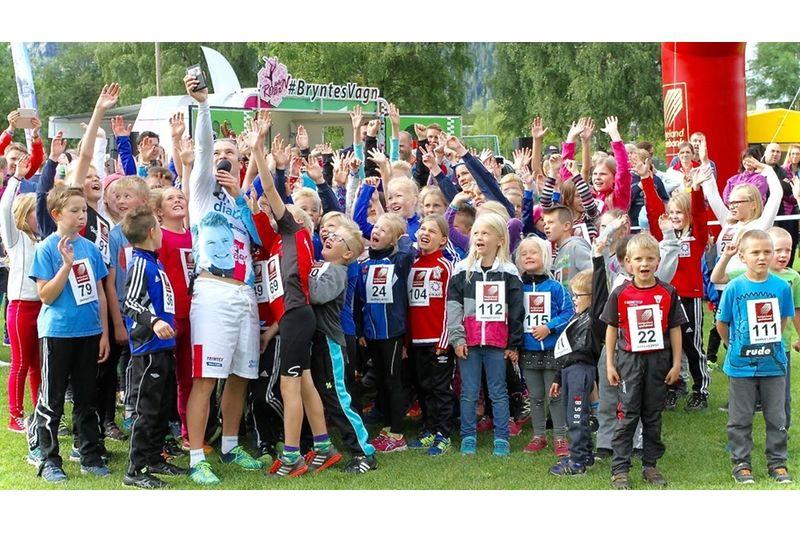 Runt 280 barn deltog när Robin Bryntesson var i Norge för att uppmuntra barn och ungdomar att röra på sig och samtidigt sprida kunskap om diabetes. FOTO: Bryntesvagn.