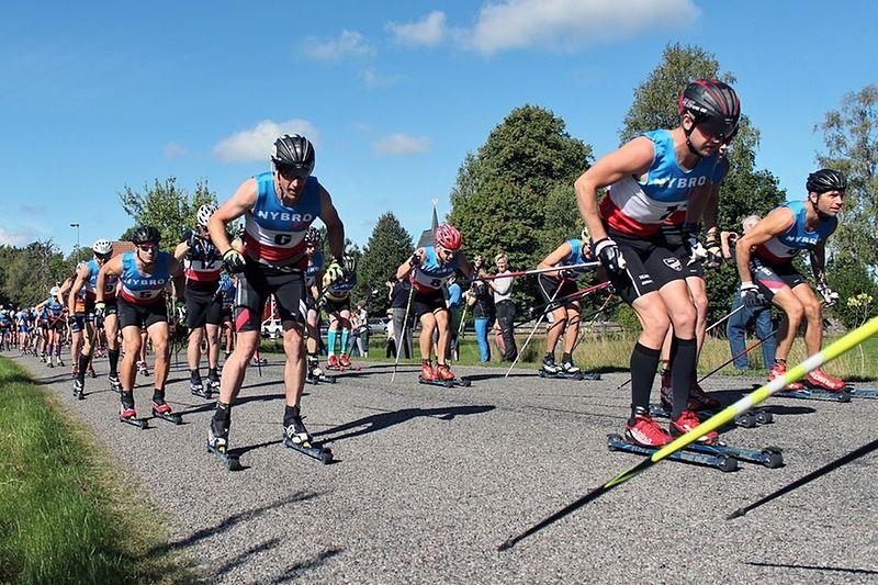 Starten på Nybrorullen 2016 med slutsegraren Robin Norum till höger i bild. I år är loppet seedningsgrundande för Vasaloppet. FOTO: SportX8.