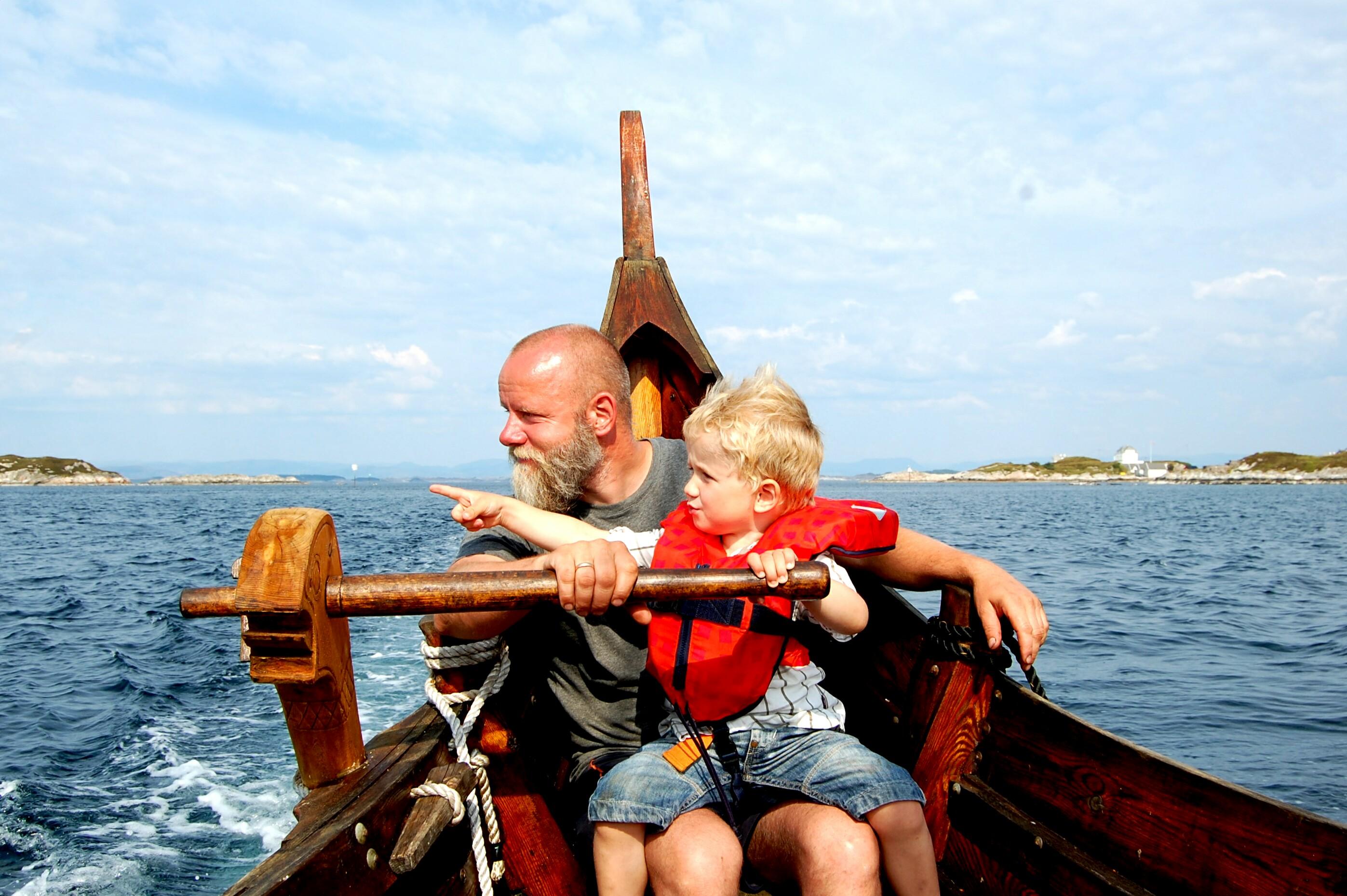 Linda Sæle Kjenes_Ole og David i vikingskipet_vikingferd ved Fedje.png