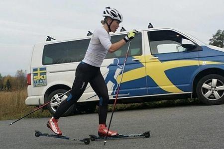 Jonna Sundling i sina nya röda Alpina-skidskor under träning inför kommande vinter. FOTO: Alpina Sverige.