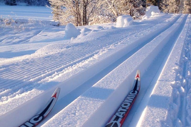 Redan 15 oktober öppnar Vålådalens fjällstation längdspår med sparad snö från i vintras. FOTO: Vålådalens Fjällstation.