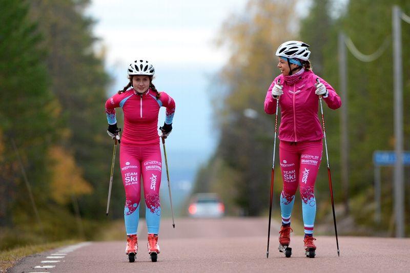 Elina Franzén och Maria Rydqvist rullar på på skidsäsongen som yngsta och äldsta åkare i tjejlaget Team SkiProAm. FOTO: Nisse Schmidt.