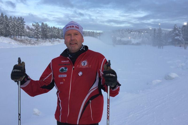 Orsa SK:s starke man Bror Nilsson trivs som fisken i vattnet på skidstadion i Grönklitt när snön från snökanonerna yr i bakgrunden. FOTO: Johan Trygg/Längd.se.