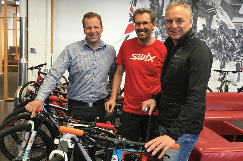 Martin Noord, Ulf Bjerknes och Anders Sellling ser fram emot samarbetet mellan Swix och Uddevalla MTB. FOTO: Swix Sport AS.