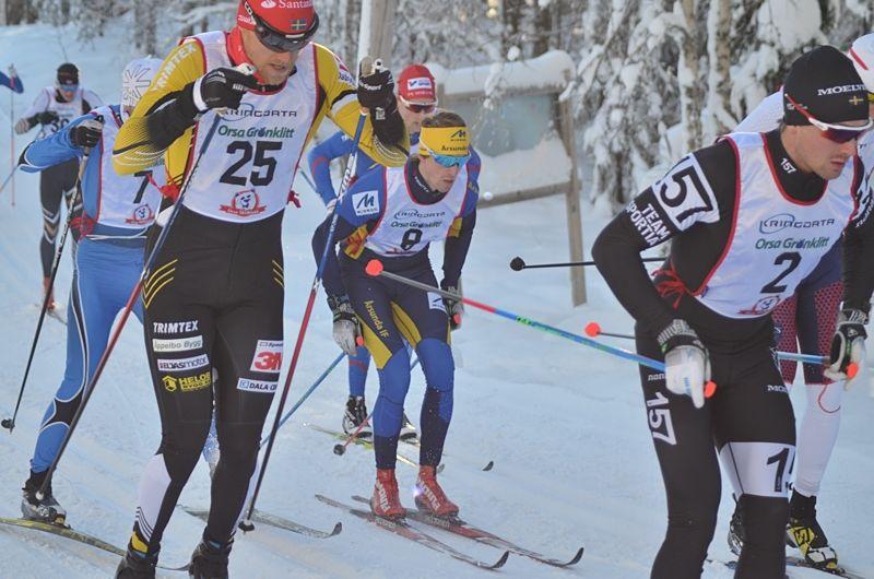 Strax efter start på Grönklittspremiären. Med nummer 25 slutlige tvåan Jens Eriksson. I mitten Mattias Edvarsson som blev åtta och framför honom Marcus Johansson som bröt staven på upploppet och missade chans till seger.  FOTO: Johan Trygg/Längd.
