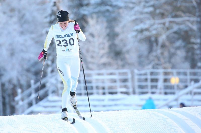 Maja Majbäck vann med över minuten före Moa Lundgren vid Scandic Cup:s masstart i Östersund. FOTO: Yngve Johansson, Imega Promotion.