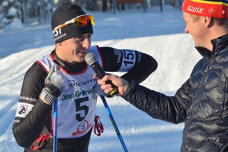 Oscar Persson intervjuas efter segern i Grönklittspremiären i lördags. FOTO: Johan Trygg/Längd.se.