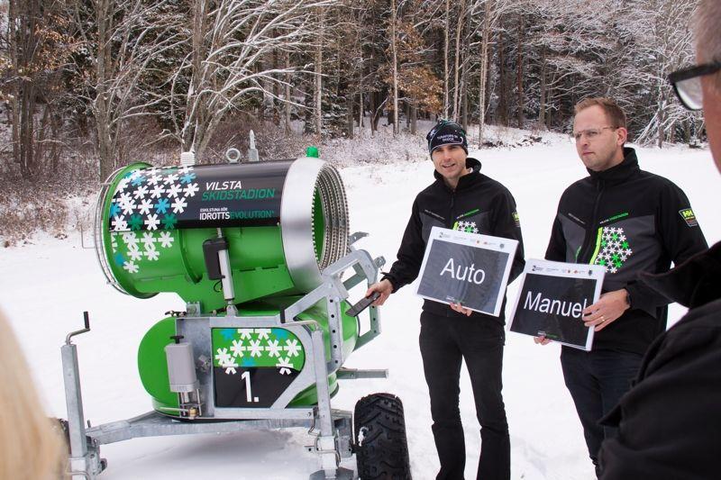 Arvid Rinaldo och Martin Nyrén från Tunafors SK visar nya snökanonen på Vilsta Skidstadion i Eskilstuna. FOTO: Vilsta skidstadion.