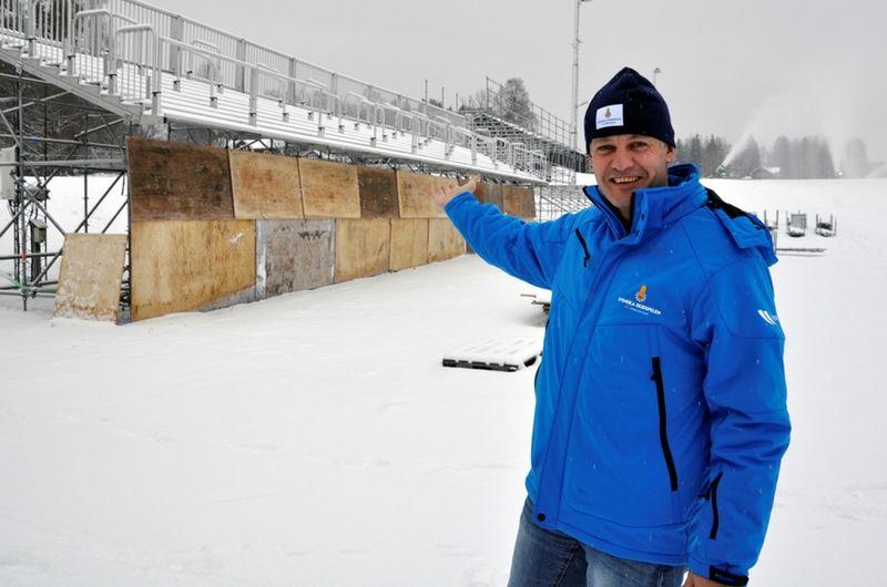 Jimmy Birklin, som leder arbetet med Svenska Skidspelen, framför de läktare som redan nu byggs till skidfesten i januari. Notera att skivornas överdel visar den nivå det blir på snön. FOTO: Svenska Skidspelen.