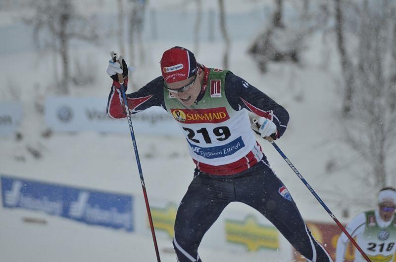 Axel Ekström gör världscupdebut i Davos. Här är Axel på väg mot andraplatsen i säsongspremiären i Bruksvallarna. FOTO: Johan Trygg/Längd.se.