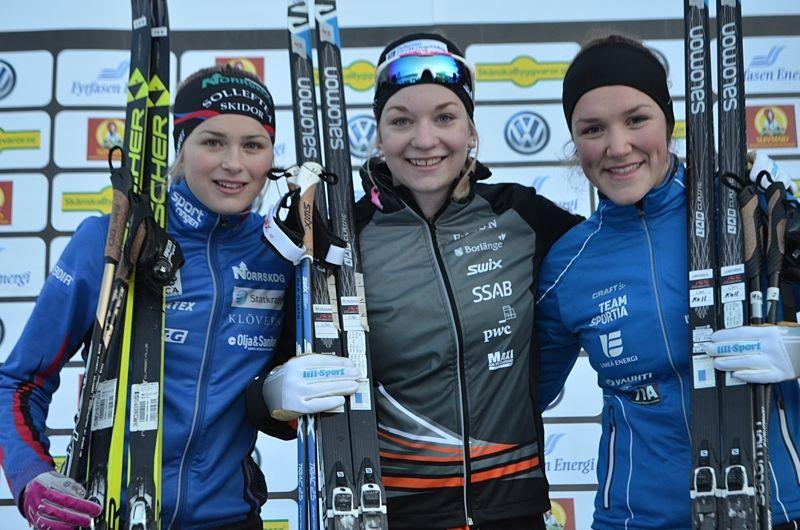 Damjuniorpallen efter Bruksvallsloppets 5 kilometer. Frida Karlsson, tvåa, Moa Olsson, etta och Moa Lundgren, trea. FOTO: Johan Trygg/Längd.se.