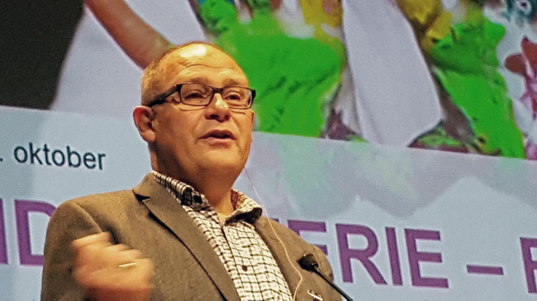 Bilde av prisvinner Anders Midtsundstad på SOR-konferansen 2016