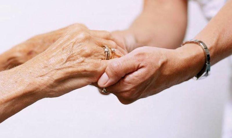 Hjelpende hender, ung og gammel