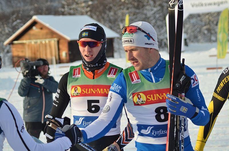 eodor Peterson, till höger,  var bäst av de svenska herrarna i sprintkvalet i Ruka med en sjätte plats. Oskar Svensson åkte också bra och gick vidare som tredje svensk som 16:e man. Bilden från premiären i Bruksvallarna. FOTO: Johan Trygg/Längd.se