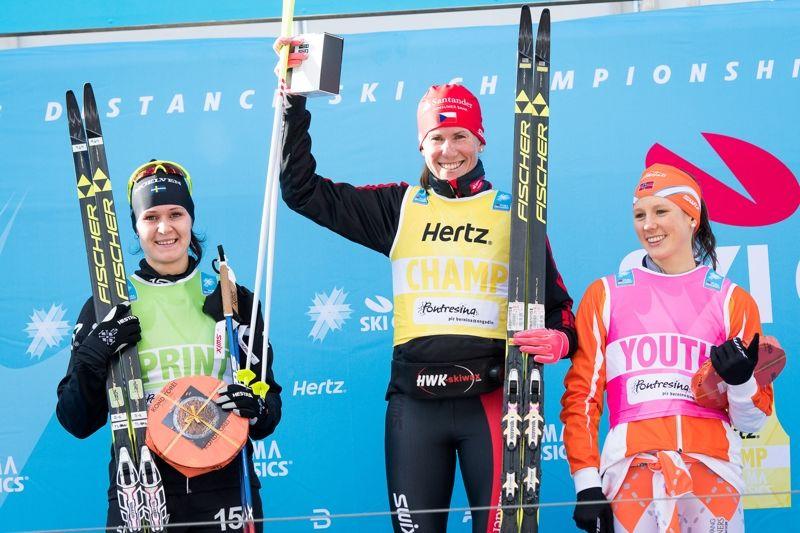 Britta Johansson Norgren tillsammans med prologvinnaren Katerina Smutna och ungdomsvästens Kristin Antonsen. FOTO: Visma Ski Classics.