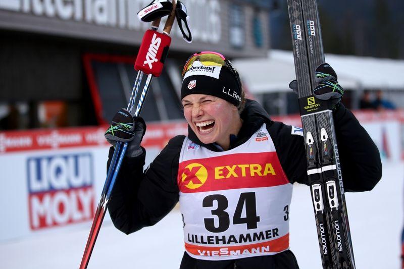 Jessica Diggins jublar efter segern i Lillehammer. FOTO: GEPA pictures/ Daniel Goetzhaber © Bildbyrån.