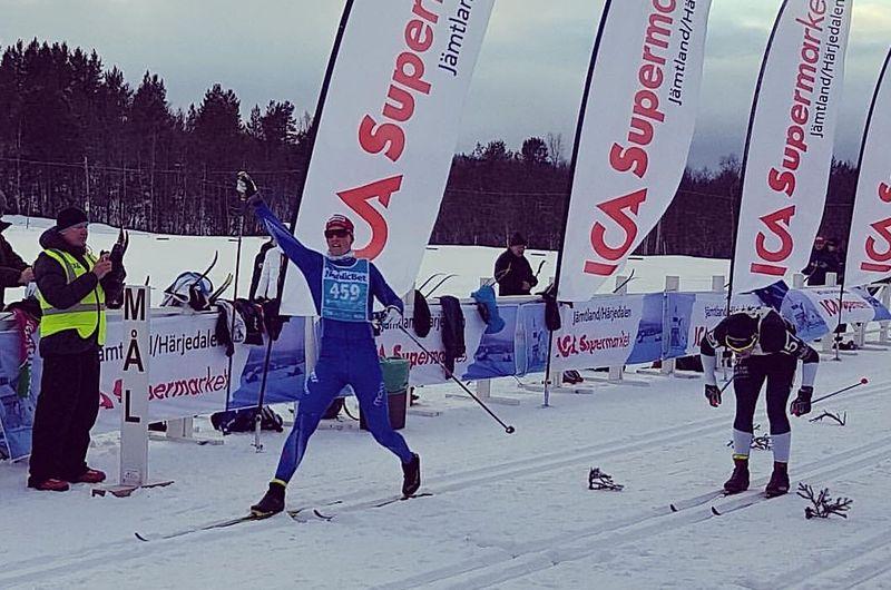 Andreas Holmberg korsar mållinjen strax före Markus Ottosson i Vålådalen Classic Ski Marathon. Den förre skidorienteraren Holmbergs första seger i en längdtävling.