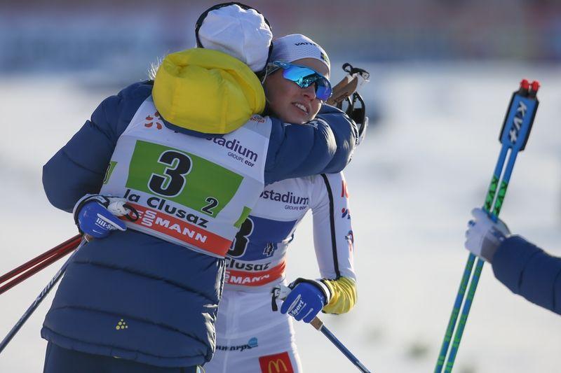 Anna Dyvik kramas om av Stina Nilsson direkt efter målgång efter att hon grejade en tredjeplats för Sverige vid världscupstafetten i La Clusaz. FOTO: GEPA pictures/ Mario Kneisl © Bildbyrån.
