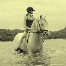 Bilde av en jente på hesteryggen