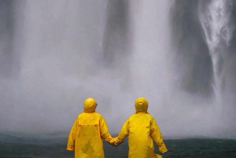 Bilde av to mennesker i gult regntøy