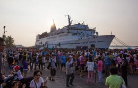 Anping, Taiwan :: Visitors waiting to come onboard Logos Hope on GBA Ships busiest day, welcoming 28,931 in one day.