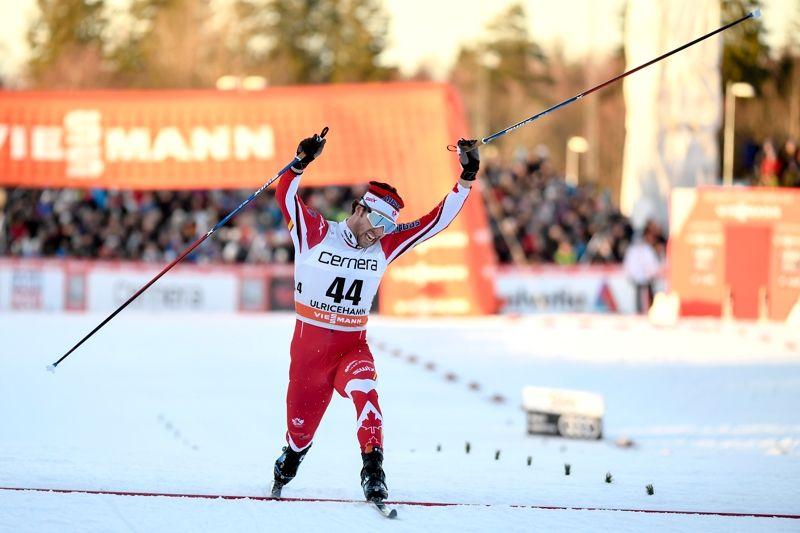 Alex Harvey slänger sig över mållinjen som etta i Ulricehamn. FOTO: Carl Sandin/Bildbyrån.