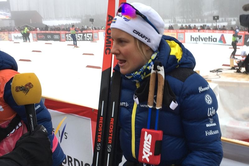 Hanna Falk berättar om avslutningen på världscupstafetten i Ulricehamn. FOTO: Johan Trygg/Längd.se.