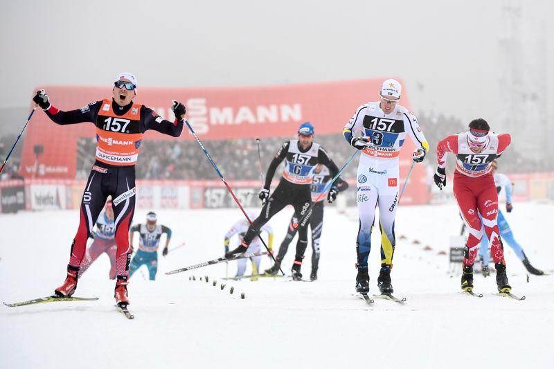 Finn Hågen Krogh jublar när han korsar mållinjen före Calle Halfvarsson och Len Valjas. Nio lag var i mål inom 3,8 sekunder. FOTO: Carl Sandin/Bildbyrån.
