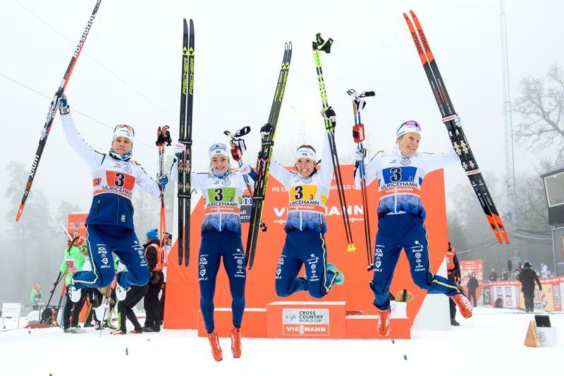 Ingemarsdotter, Henriksson, Kalla och Falk i glädjeskutt efter tredjeplatsen på världscupstafetten i Ulricehamn. FOTO: Carl Sandin/Bildbyrån.