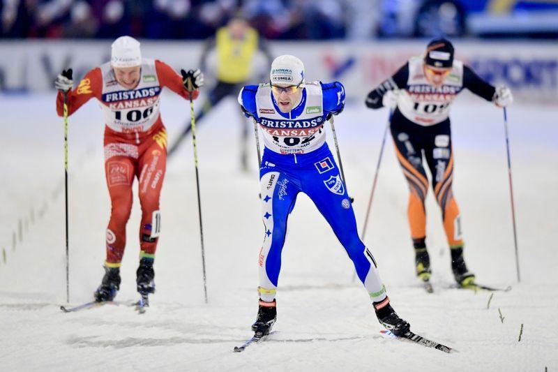 Teodor Peterson spurtar hem SM-guldet i sprint före Karl-Johan Westberg och Oskar Svensson. I bakgrunden skymtar fyran Emil Jönsson. FOTO: Johanna Lundberg/Bildbyrån.