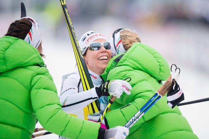 Sofia Henriksson och Jennie Öberg kramar om Charlotte Kalla efter SM-guldet i stafett i Söderhamn. FOTO: Johanna Lundberg/Bildbyrån.