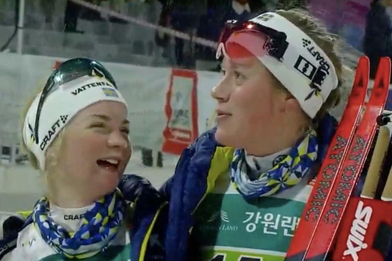 Elin Mohlin och Maria Nordström efter segern på sprintstafetten vid för-OS i Pyeongchang. FOTO: Från SVT:s sändning.