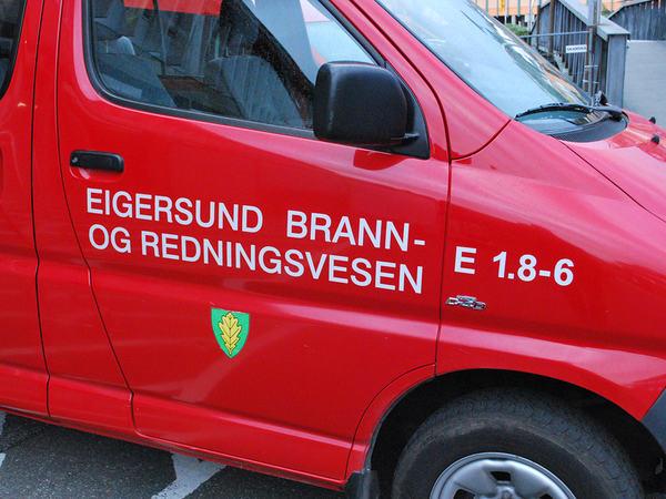 Bil med skilt for Egersund brann og redning