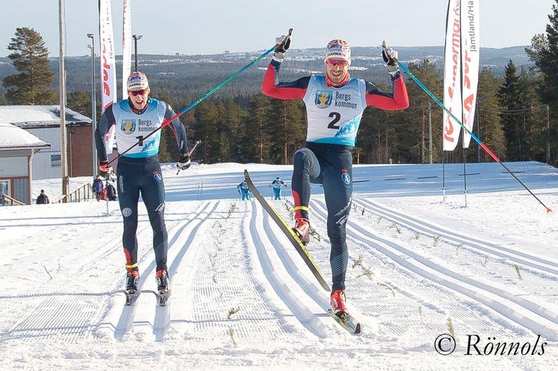 Anton Karlsson glider in över mållinjen på ICA-loppet precis före klubbkompisen i Åsarna Simon Lageson. I bakgrunden skymtar trean och fyran Nils och Emil Persson, Östersunds SK. FOTO: Lars Rönnols.