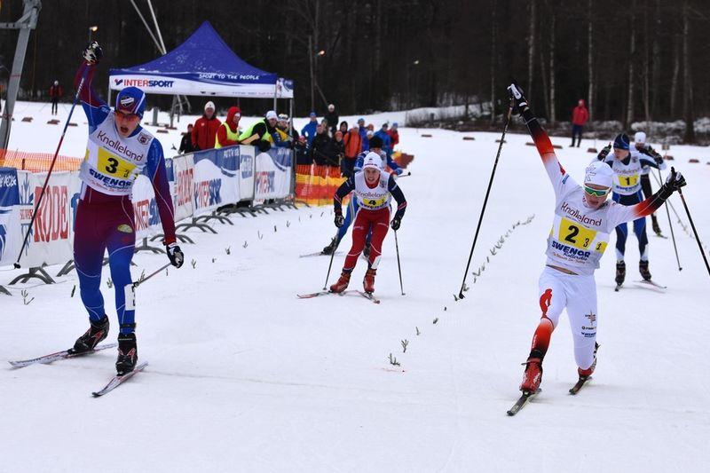 Edvin Anger korsar mållinjen precis före Gustav Pålson i H15. FOTO: Rolf Zetterberg.