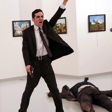 Tyrkiske Burhan Ozbilici vant hovedpremien under World Press Photo 2017 med sitt sterke bilde av attentatmannen Mevlüt Mert Altıntaş som roper etter å ha skutt den russiske ambassadøren Andrey Karlov i et kunstgalleri i Ankara 19. desember 2016. © Burhan Ozbilici, The Associated Press.