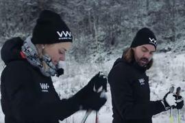 Stina Nilsson lär Nisse Edvall hur stakning fungerar. FOTO: Vitamin Well.