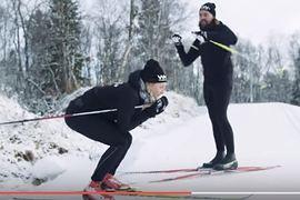 Stina Nilsson visar Nisse Edvall rätt position för utförsåkning. FOTO: Vitamin Well.