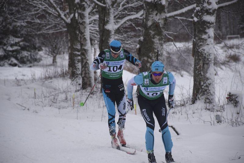 Här är strax innan Jörgen Brink lägger in en rejäl tempoökning och hänger av Klas Nilsson in mot målgången i 7-mila. FOTO: Leif Stening.