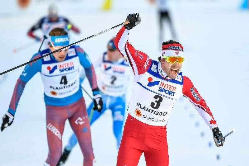 Alex Harvey jublar som guldmedaljör vid målgången på VM-femmilen i Lahtis. Närmast bakom silvermannen Sergey Ustiugov och bronsmannen Matti Heikkinen. FOTO: Carl Sandin/Bildbyrån.