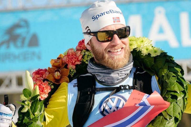 Martin Johnsrud Sundby vann Birkenbeinerrennet i stor stil trots närkontakt med en skoter som innebar vurpa och bruten stav. FOTO: Magnus Östh.