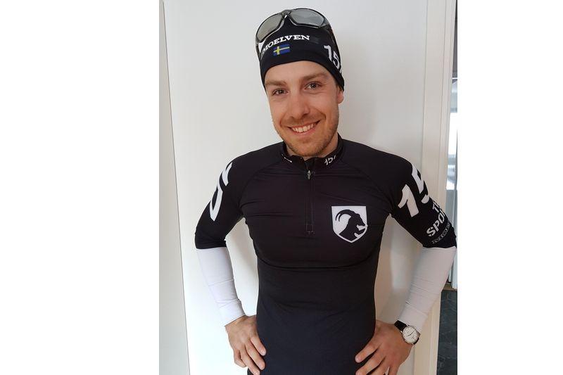 Anton Karlsson kliver i Lager 157 Ski Team:s svartvita dräkt till Årefjällsloppet och ersätter Fredrik Byström som drabbats av förmaksflimmer. FOTO: Lager 157 Ski Team.