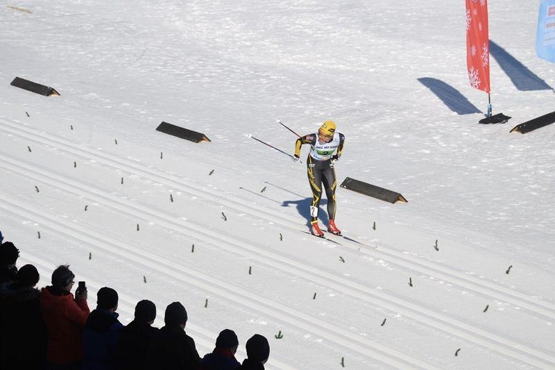 Hanna Falk helt solo på upploppet på väg mot SM-guldet i sprintstafett. FOTO: Arrangören.